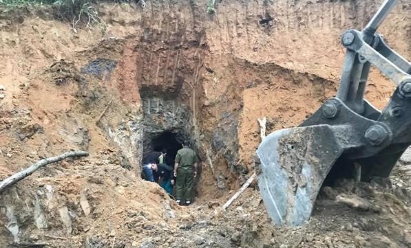 Công an khám nghiệm hiện trường, điều tra vụ sập mỏ thiếc làm 3 người tử vong - Ảnh 1.