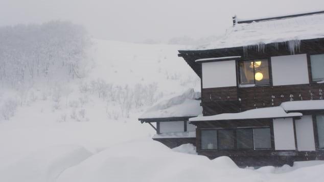 Aomori: Cuộc sống ở thành phố trắng nhất hành tinh, tuyết rơi chôn vùi nhà 2 tầng - Ảnh 1.