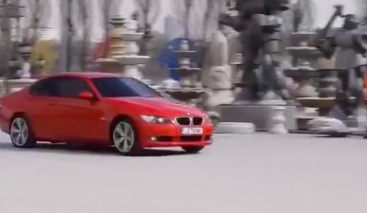 Kinh ngạc xe ô tô biến hình thành người máy trên phố - Ảnh 1.