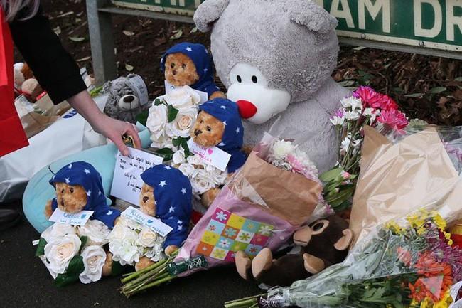 Đám tang ngập tràn hoa và gấu bông, có cả xe cảnh sát hộ tống, phía sau đó là một câu chuyện đau lòng của 4 đứa trẻ cùng chung một số phận - Ảnh 1.