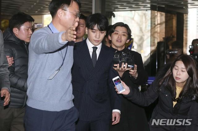 Clip Seungri chính thức trình diện để thẩm vấn: Vẫn đi xe sang nhưng tiều tuỵ hẳn, mắt đỏ rưng rưng xin lỗi nạn nhân - Ảnh 20.