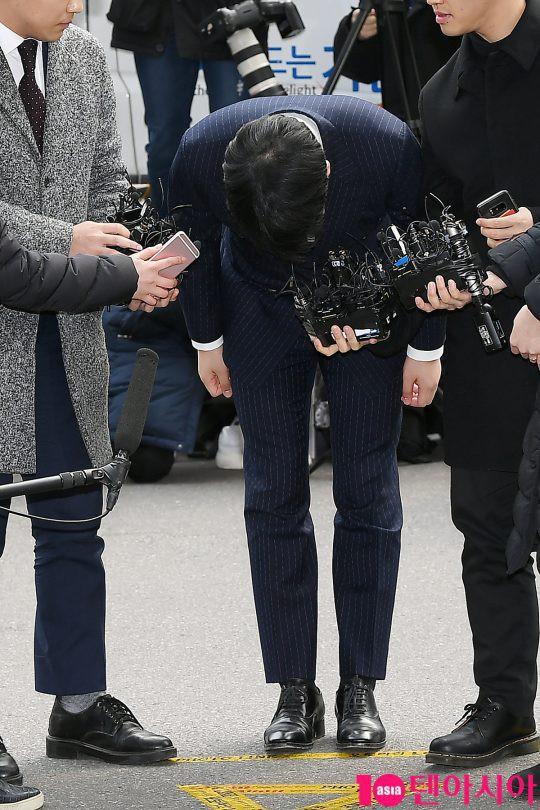 Clip Seungri chính thức trình diện để thẩm vấn: Vẫn đi xe sang nhưng tiều tuỵ hẳn, mắt đỏ rưng rưng xin lỗi nạn nhân - Ảnh 4.