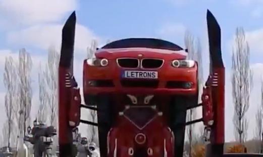 Kinh ngạc xe ô tô biến hình thành người máy trên phố - Ảnh 5.