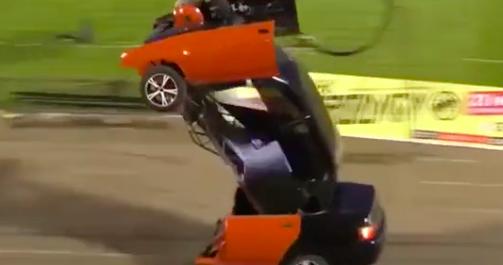Kinh ngạc xe ô tô biến hình thành người máy trên phố - Ảnh 6.