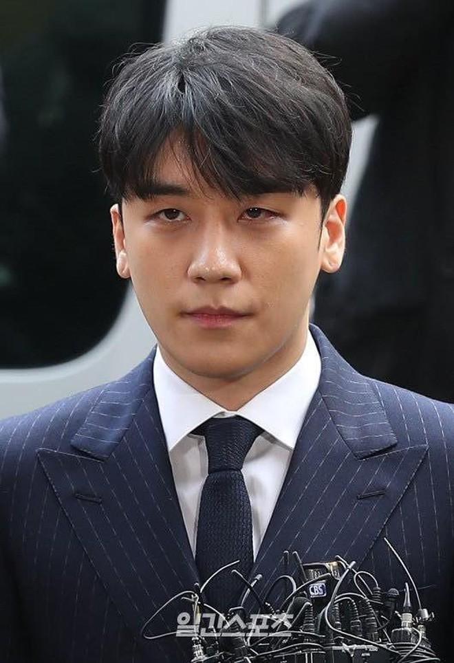 Clip Seungri chính thức trình diện để thẩm vấn: Vẫn đi xe sang nhưng tiều tuỵ hẳn, mắt đỏ rưng rưng xin lỗi nạn nhân - Ảnh 9.