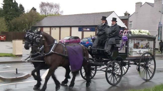 Đám tang ngập tràn hoa và gấu bông, có cả xe cảnh sát hộ tống, phía sau đó là một câu chuyện đau lòng của 4 đứa trẻ cùng chung một số phận - Ảnh 10.
