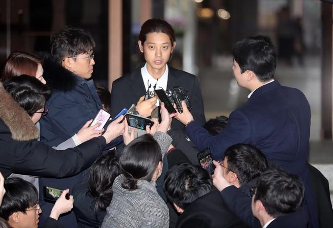 """Seungri và Jung Joon Young mặt tái nhợt vượt """"biển"""" người để rời sở cảnh sát sau gần 20 tiếng thẩm vấn, hé lộ chuyện giao nộp bằng chứng - Ảnh 2."""
