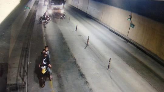 5 thanh niên cầm hung khí cố tình chặn xe ôtô trong hầm đường bộ - Ảnh 2.