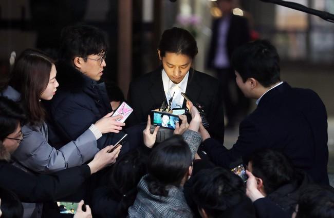 """Seungri và Jung Joon Young mặt tái nhợt vượt """"biển"""" người để rời sở cảnh sát sau gần 20 tiếng thẩm vấn, hé lộ chuyện giao nộp bằng chứng - Ảnh 14."""