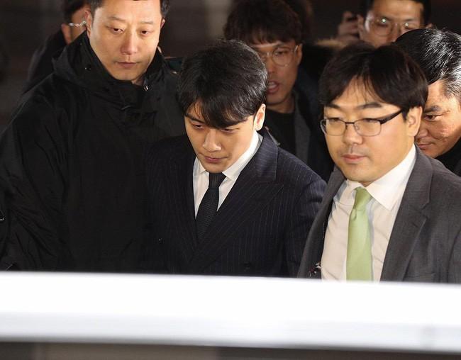 """Seungri và Jung Joon Young mặt tái nhợt vượt """"biển"""" người để rời sở cảnh sát sau gần 20 tiếng thẩm vấn, hé lộ chuyện giao nộp bằng chứng - Ảnh 15."""