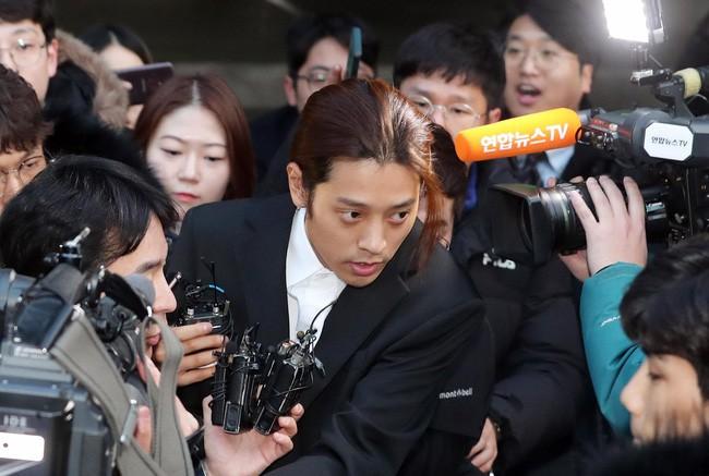 """Seungri và Jung Joon Young mặt tái nhợt vượt """"biển"""" người để rời sở cảnh sát sau gần 20 tiếng thẩm vấn, hé lộ chuyện giao nộp bằng chứng - Ảnh 3."""