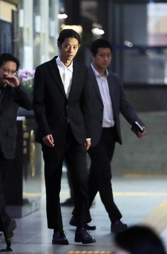 """Seungri và Jung Joon Young mặt tái nhợt vượt """"biển"""" người để rời sở cảnh sát sau gần 20 tiếng thẩm vấn, hé lộ chuyện giao nộp bằng chứng - Ảnh 5."""