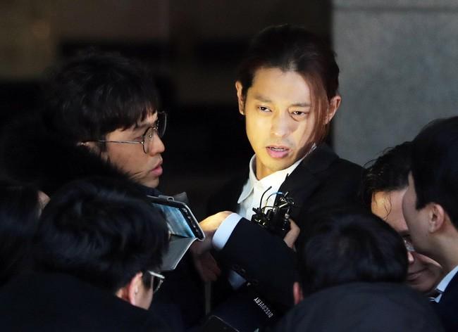 """Seungri và Jung Joon Young mặt tái nhợt vượt """"biển"""" người để rời sở cảnh sát sau gần 20 tiếng thẩm vấn, hé lộ chuyện giao nộp bằng chứng - Ảnh 6."""