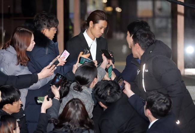 """Seungri và Jung Joon Young mặt tái nhợt vượt """"biển"""" người để rời sở cảnh sát sau gần 20 tiếng thẩm vấn, hé lộ chuyện giao nộp bằng chứng - Ảnh 7."""