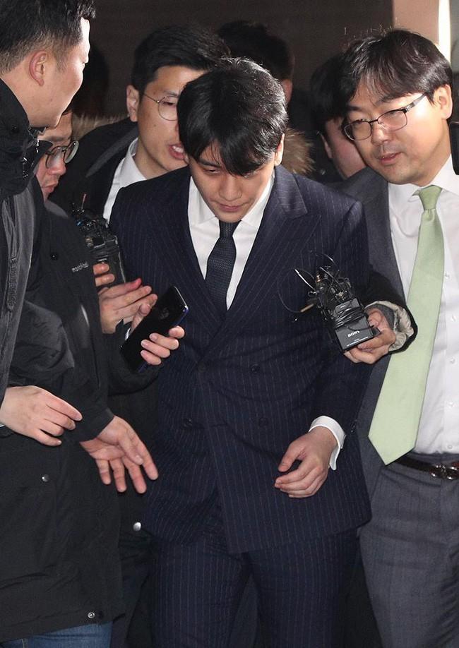 """Seungri và Jung Joon Young mặt tái nhợt vượt """"biển"""" người để rời sở cảnh sát sau gần 20 tiếng thẩm vấn, hé lộ chuyện giao nộp bằng chứng - Ảnh 8."""