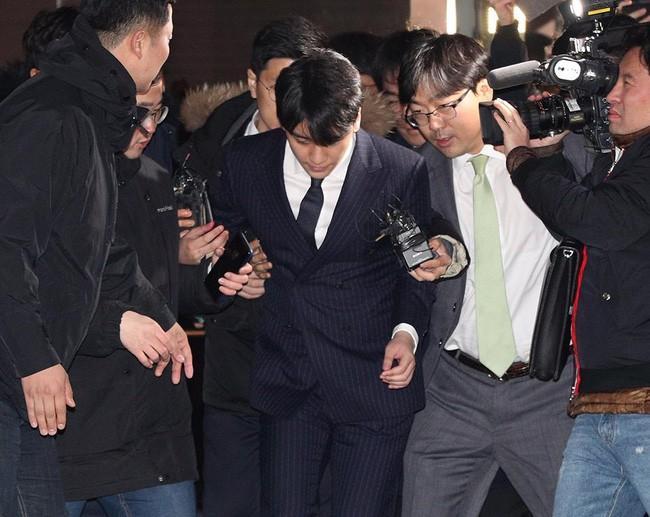 """Seungri và Jung Joon Young mặt tái nhợt vượt """"biển"""" người để rời sở cảnh sát sau gần 20 tiếng thẩm vấn, hé lộ chuyện giao nộp bằng chứng - Ảnh 10."""