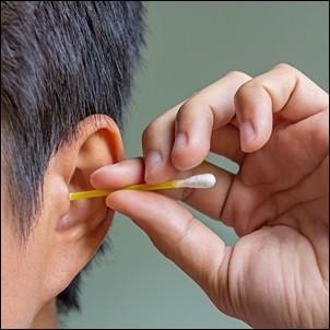 Dùng tăm bông ngoáy tai, người đàn ông bị nhiễm trùng não - Ảnh 1.