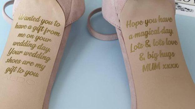 Cô dâu bật khóc khi nhìn thấy lời nhắn của người mẹ đã khuất giấu dưới đôi giày cưới - Ảnh 2.