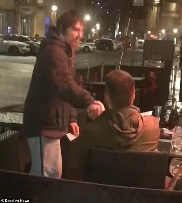 Người vô gia cư đến xin tiền, thanh niên đưa thẻ ngân hàng, mã pin và điều bất ngờ sau đó - Ảnh 3.