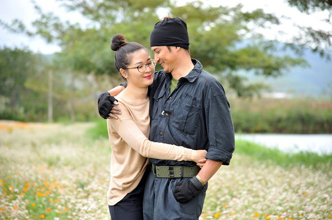 Huy Khánh tình tứ, hôn vợ ngay tại phim trường - Ảnh 2.