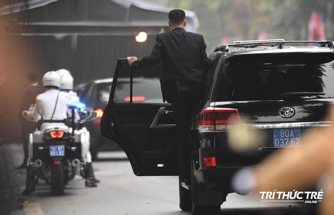 Giải mã chiến thuật đặc biệt của đội ngũ cận vệ chạy bộ quanh xe Chủ tịch Kim Jong-un - Ảnh 6.