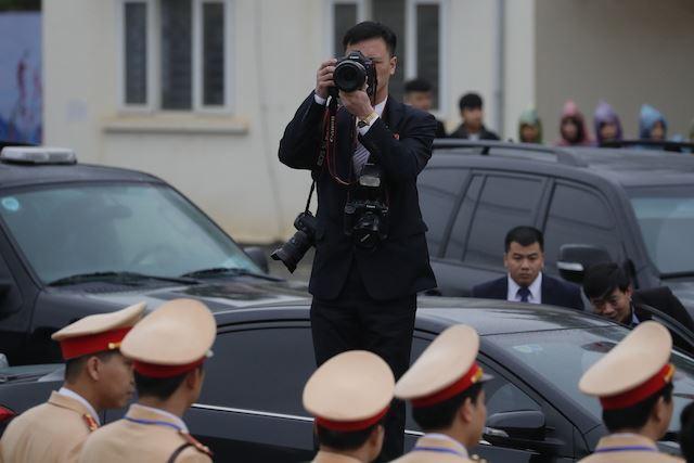 Chùm ảnh phóng viên Triều Tiên lặng lẽ chuyên tâm tác nghiệp tại Việt Nam - Ảnh 2.