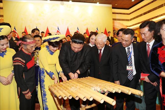 Chủ tịch Triều Tiên Kim Jong-un chơi thử nhạc cụ dân tộc Việt Nam - Ảnh 1.