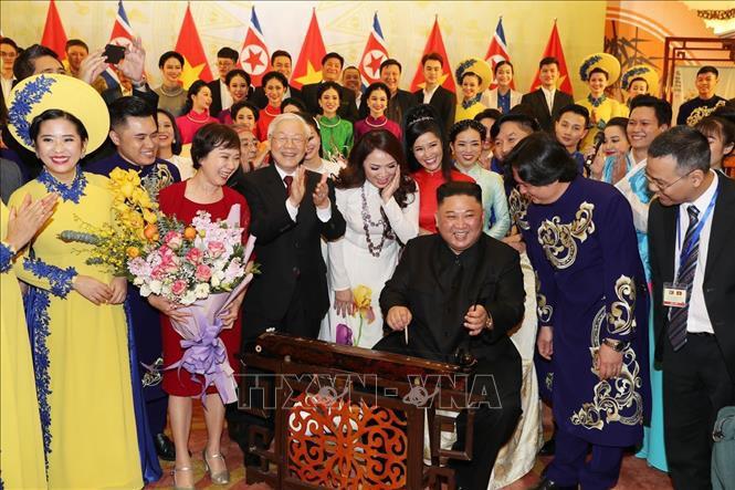 Chủ tịch Triều Tiên Kim Jong-un chơi thử nhạc cụ dân tộc Việt Nam - Ảnh 2.