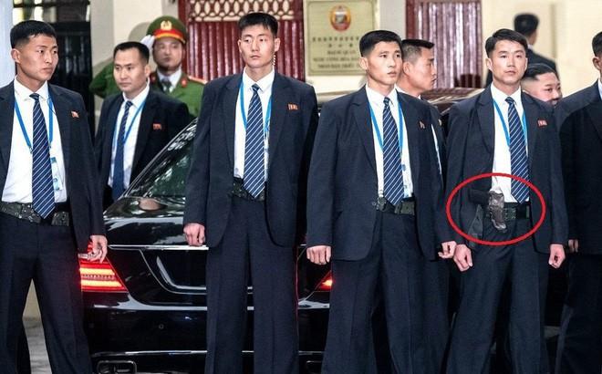 Giải mã chiến thuật đặc biệt của đội ngũ cận vệ chạy bộ quanh xe Chủ tịch Kim Jong-un - Ảnh 7.