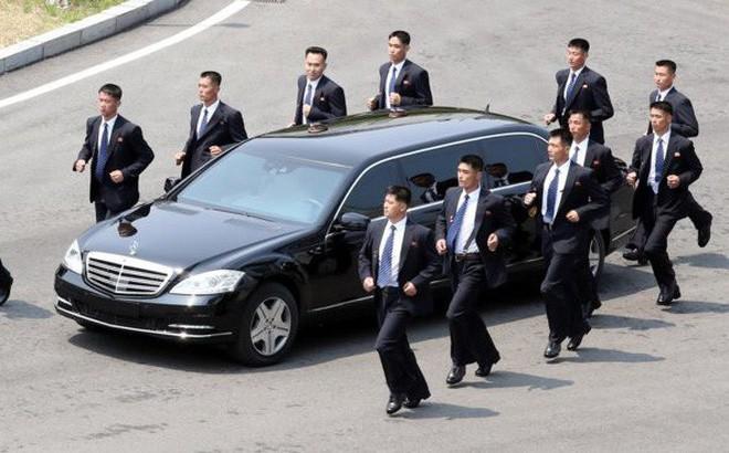 Giải mã chiến thuật đặc biệt của đội ngũ cận vệ chạy bộ quanh xe Chủ tịch Kim Jong-un - Ảnh 1.