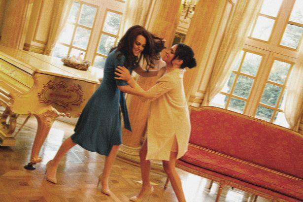 Một loạt khoảnh khắc Meghan túm tóc, ẩu đả với chị dâu Kate trong Cung điện hoàng gia khiến người dùng mạng phát sốt - Ảnh 1.
