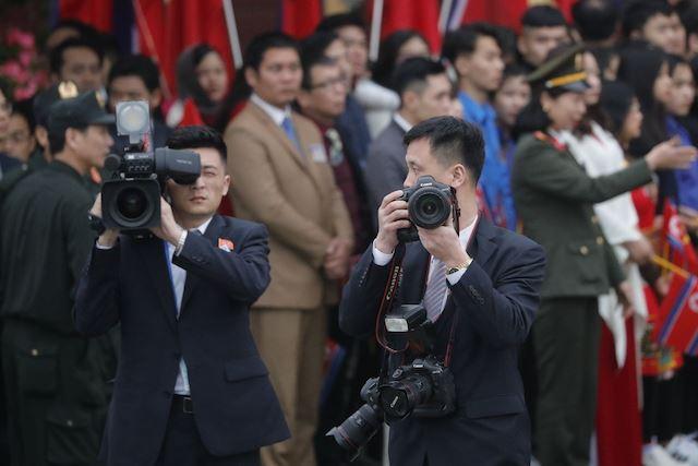 Chùm ảnh phóng viên Triều Tiên lặng lẽ chuyên tâm tác nghiệp tại Việt Nam - Ảnh 3.