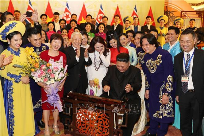 Chủ tịch Triều Tiên Kim Jong-un chơi thử nhạc cụ dân tộc Việt Nam - Ảnh 3.