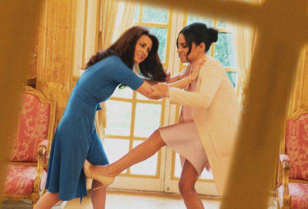 Một loạt khoảnh khắc Meghan túm tóc, ẩu đả với chị dâu Kate trong Cung điện hoàng gia khiến người dùng mạng phát sốt - Ảnh 3.