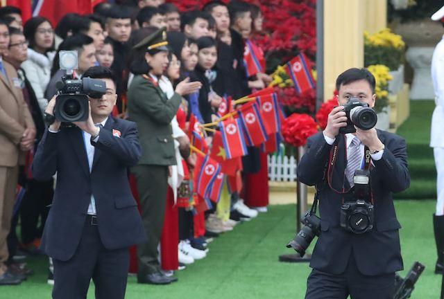 Chùm ảnh phóng viên Triều Tiên lặng lẽ chuyên tâm tác nghiệp tại Việt Nam - Ảnh 4.