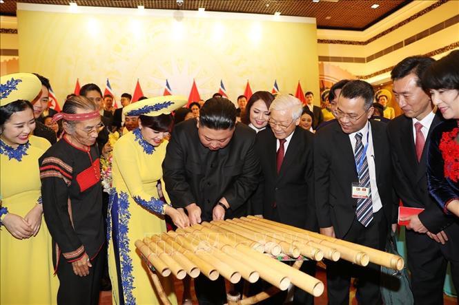 Chủ tịch Triều Tiên Kim Jong-un chơi thử nhạc cụ dân tộc Việt Nam - Ảnh 4.