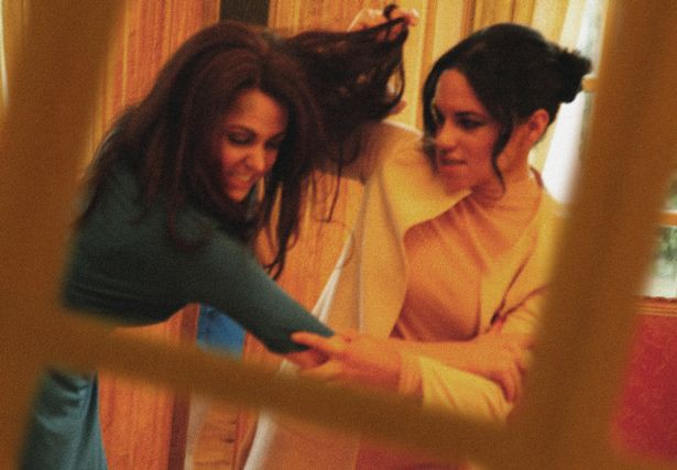 Một loạt khoảnh khắc Meghan túm tóc, ẩu đả với chị dâu Kate trong Cung điện hoàng gia khiến người dùng mạng phát sốt - Ảnh 4.