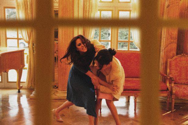 Một loạt khoảnh khắc Meghan túm tóc, ẩu đả với chị dâu Kate trong Cung điện hoàng gia khiến người dùng mạng phát sốt - Ảnh 5.