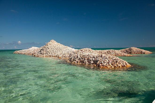 Đây là hòn đảo nhân tạo có một không hai trên thế giới: toàn bộ được làm từ vỏ ốc xà cừ chất thành đống - Ảnh 6.
