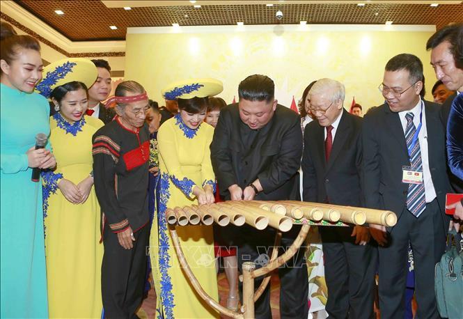 Chủ tịch Triều Tiên Kim Jong-un chơi thử nhạc cụ dân tộc Việt Nam - Ảnh 8.