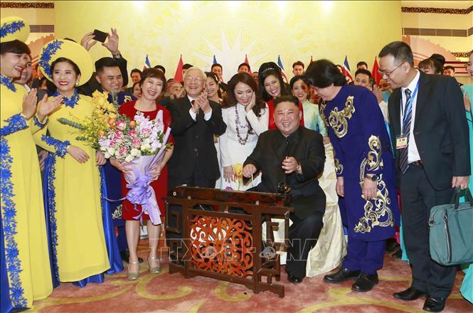 Chủ tịch Triều Tiên Kim Jong-un chơi thử nhạc cụ dân tộc Việt Nam - Ảnh 10.