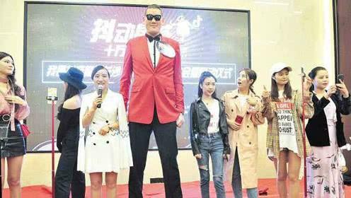 Chia tay bạn trai 1m, Cung Nguyệt Phi hẹn hò tình mới cao 2m38, rất nổi tiếng trên mạng xã hội - Ảnh 7.