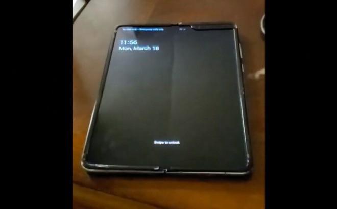 Xuất hiện video trên tay Samsung Galaxy Fold, nếp nhăn hằn rõ lên màn hình gập - Ảnh 1.