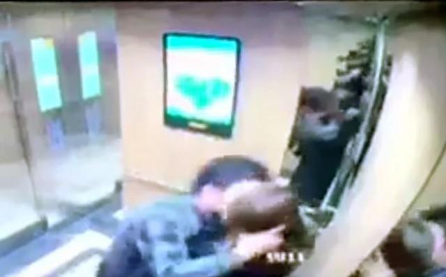 Phạt 200.000 đồng kẻ ép hôn cô gái ở thang máy: Không nên để dân coi pháp luật như trò đùa! - Ảnh 1.