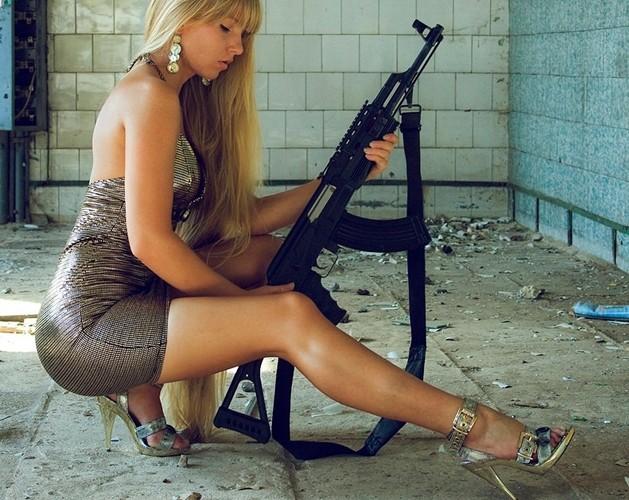 Ảnh: Súng AK uy lực bên các phụ nữ đẹp gợi cảm - Ảnh 2.