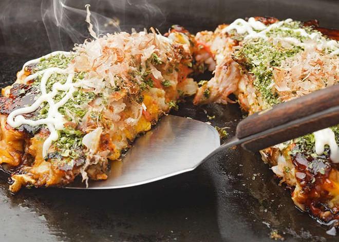 Có đến Nhật Bản thì đừng nhầm bánh xèo okonomiyaki với món này kẻo tẽn tò - Ảnh 1.