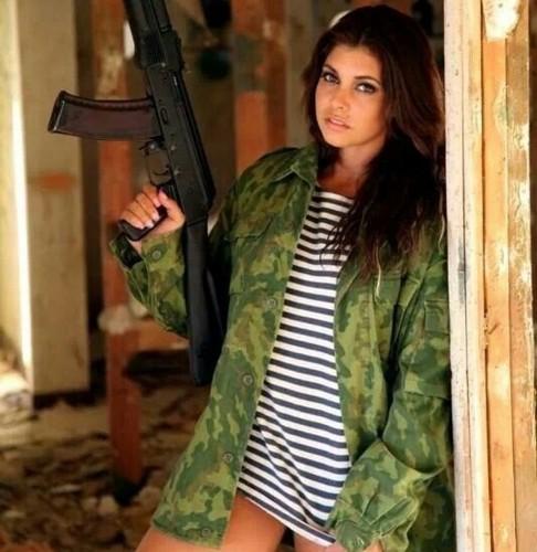 Ảnh: Súng AK uy lực bên các phụ nữ đẹp gợi cảm - Ảnh 11.
