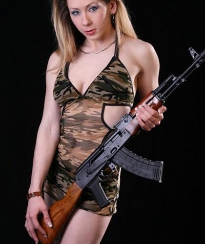 Ảnh: Súng AK uy lực bên các phụ nữ đẹp gợi cảm - Ảnh 13.
