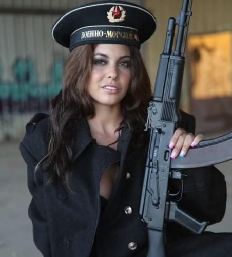 Ảnh: Súng AK uy lực bên các phụ nữ đẹp gợi cảm - Ảnh 5.