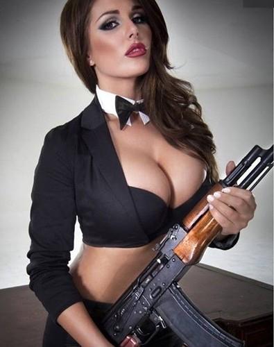 Ảnh: Súng AK uy lực bên các phụ nữ đẹp gợi cảm - Ảnh 8.
